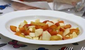 detalle de la fruta Macedonia en una placa blanca Fotografía de archivo