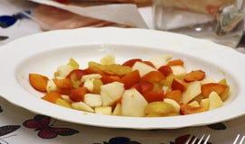 detalle de la fruta Macedonia en una placa blanca Foto de archivo libre de regalías