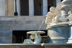 Detalle de la fuente delante del parlamento en Viena Fotografía de archivo