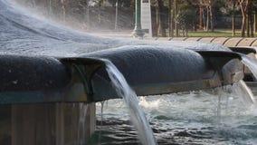 Detalle de la fuente en el parque público de parque de Gezi, Estambul almacen de metraje de vídeo