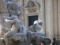 Detalle de la fuente de los cuatro ríos a Roma con la nieve Italia fotos de archivo