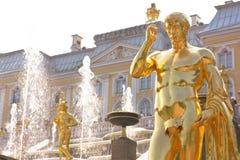 Detalle de la fuente magnífica de la cascada en Peterhof Imagen de archivo libre de regalías