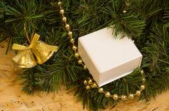 Detalle de la guirnalda de la Navidad, decoraciones, caja con un regalo Foto de archivo libre de regalías