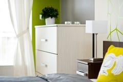 Detalle de la lámpara en el dormitorio ligero moderno Fotos de archivo