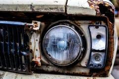 Detalle de la linterna delantera de un coche viejo en garaje Fotos de archivo libres de regalías