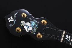 Detalle de la mandolina en fondo negro Imagen de archivo