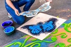 Detalle de la mariposa en la alfombra teñida del Viernes Santo del serrín, Antigua, Gu Fotografía de archivo