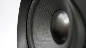 Detalle de la membrana del altavoz del altavoz de subgraves de audio que vibra en sonido bajo almacen de video