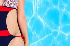 Detalle de la mujer al lado del agua de la piscina Imagenes de archivo