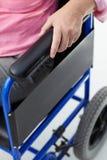 Detalle de la mujer en sillón de ruedas Fotografía de archivo