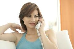 Detalle de la mujer que hace una llamada de teléfono Imagen de archivo libre de regalías