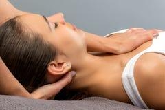 Detalle de la mujer que recibe terapia física del cuello imagenes de archivo