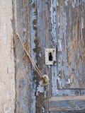 Detalle de la pared y de la puerta viejas en hogar clásico antiguo en el Alcazar de San Juan fotografía de archivo