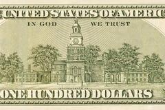 Detalle de la parte posterior de cientos billetes de dólar Fotografía de archivo libre de regalías