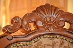Detalle de la parte posterior una silla de madera decorativa Foto de archivo