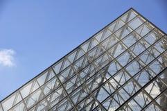 Detalle de la pirámide del Louvre Fotografía de archivo