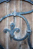 Detalle de la puerta de madera y del hierro labrado en iglesia del siglo XIV Fotografía de archivo libre de regalías