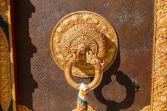 Detalle de la puerta del monasterio budista en Nepal foto de archivo libre de regalías