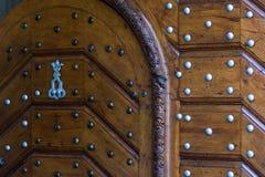 Detalle de la puerta de madera en Praga fotografía de archivo libre de regalías