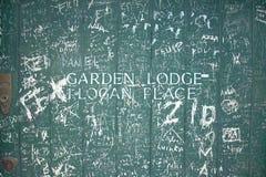 Detalle de la puerta principal de la casa en donde Freddie Mercury vivió y murió con los mensajes de la fan foto de archivo