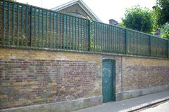 Detalle de la puerta principal de la casa en donde Freddie Mercury vivió y murió con los mensajes de la fan imagen de archivo libre de regalías
