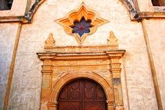 Detalle de la puerta principal en la misión Carmel Imágenes de archivo libres de regalías