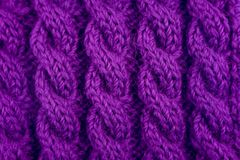 Detalle de la puntada que hace punto del cable púrpura Foto de archivo libre de regalías