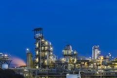Detalle de la refinería de petróleo en la noche Foto de archivo libre de regalías
