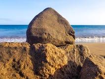 detalle de la roca con el océano en el fondo, Los Pocillos, Lanzarote, islas Canarias fotografía de archivo libre de regalías