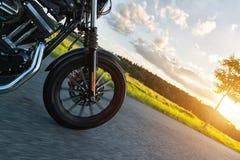 Detalle de la rueda delantera de la moto del poder más elevado en puesta del sol Imagenes de archivo