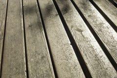 Detalle de la tabla de madera y del sol del tablón que reflejan sobre él foto de archivo