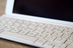 Detalle de la tableta con el teclado blanco moderno Foto de archivo