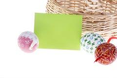 Detalle de la tarjeta del deseo, de los huevos de Pascua y de la cesta Fotografía de archivo