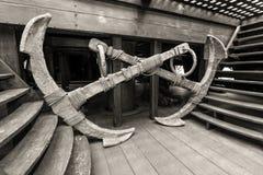 Detalle de la tienda del galeón de Neptuno en Génova, Italia - dos anclas viejas Fotos de archivo libres de regalías