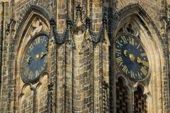 Detalle de la torre de reloj de la catedral de los santos Vitus Imagenes de archivo