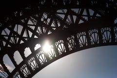 Detalle de la torre Eiffel que muestra modelos y el sol Foto de archivo