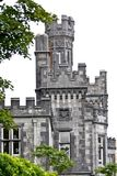 Detalle de la torre de piedra de la abadía de Kylemore, Connemara, al oeste de Irlanda Imagenes de archivo
