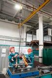 Detalle de la transferencia de los mecánicos al banco de trabajo por la grúa Fotografía de archivo libre de regalías
