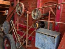 Detalle de la transmisión de la correa en una máquina vieja de la trilladora fotos de archivo