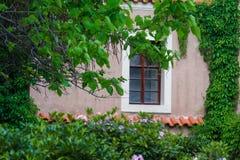 Detalle de la ventana en jardín del castillo en Praga Fotografía de archivo