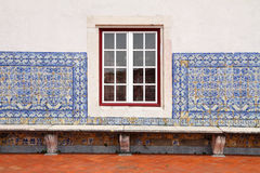 Detalle de la ventana portuguesa de la casa y del primer tejado del facde Imágenes de archivo libres de regalías
