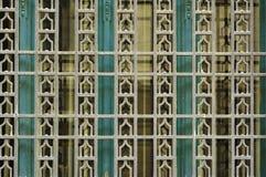Detalle de la ventana vieja con el modelo geométrico artístico Imagen de archivo libre de regalías
