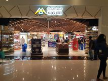 Detalle de la zona con franquicia de Muscat en el aeropuerto a estrenar del sultanato de Omán imagenes de archivo