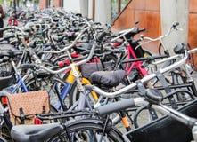 Detalle de las bicis estacionadas en la calle Fotos de archivo