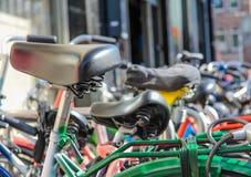 Detalle de las bicis estacionadas en la calle Fotografía de archivo libre de regalías