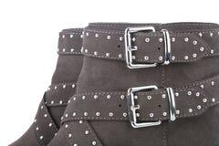Detalle de las botas tachonadas marrón de un tobillo Imágenes de archivo libres de regalías