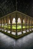 Detalle de las columnas del claustro en el monatsery de Mont Saint Michel. Normandía, Francia Imagen de archivo libre de regalías