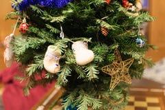 Detalle de las decoraciones del árbol de navidad Fotos de archivo