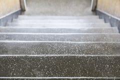 Detalle de las escaleras concretas grises viejas que van abajo Foto de archivo libre de regalías