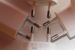 Detalle de las extremidades de los cargadores USB usados que se encuentran en el fondo blanco imágenes de archivo libres de regalías
